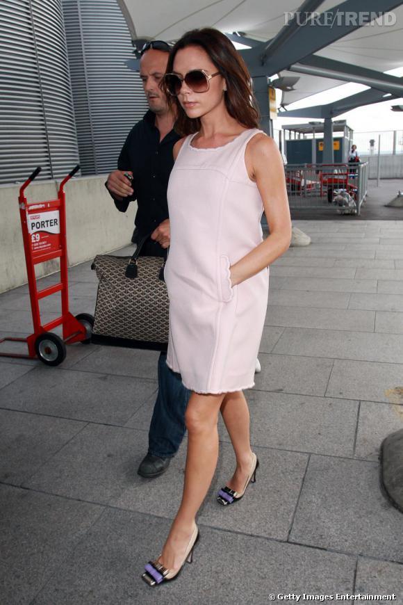 Véritable business woman, Victoria Beckham reste chic et apprêtée à l'aéroport de Londres. Robe Courreges dans un esprit vintage, escarpins Miu Miu et lunettes fumées, elle mixe rétro et féminité.