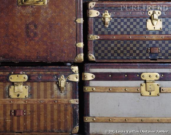 Angles de 4 malles (les quatre toiles historiques de la Maison Louis Vuitton) : malle en toile gris Trianon (1854), malle en toile rayée (1872), malle en toile à damiers (1888), malle en toile Monogram tissée (1896).