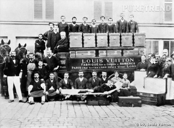 Dans la cour des ateliers d'Asnières, vers 1888,  Louis, Georges et Gaston L. Vuitton (installé sur une malle-lit).