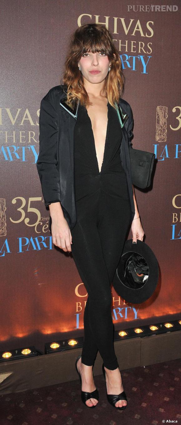 Numéro 1 : le noir. Essentiel de son look, le noir flatte la silhouette et évite tout fashion faux-pas.