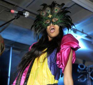 Numéro 1 : les accessoires loufoques. VV n'a pas peur de la surenchère et malgré une robe extravagante elle n'hésite pas à avoir la main lourde avec un masque à plumes.