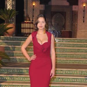 Marie-Ange sort le grand jeu, vampesque en robe rouge, lé décolleté furieusement généreux.