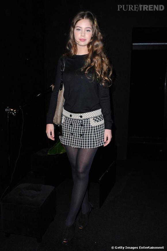 Jupe pied-de-poule Louis Vuitton et pull noir, Marie-Ange Casta joue les midinettes, un bijou de cheveux doré pour illuminer sa chevelure.