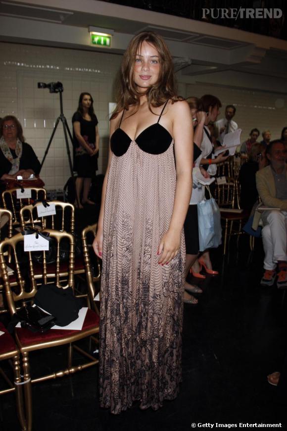 Très sexy la crinière négligée, la plastique flattée dans une longue robe style nuisette.