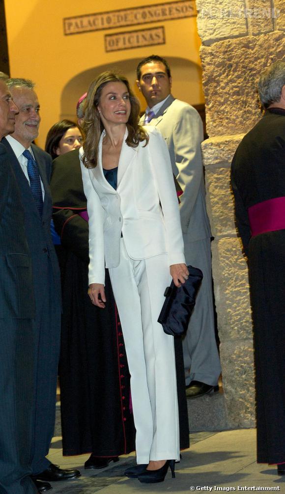 Costume blanc pour la Princesse d  039 Espagne qui évite une allure trop  marginale f80b52e3942