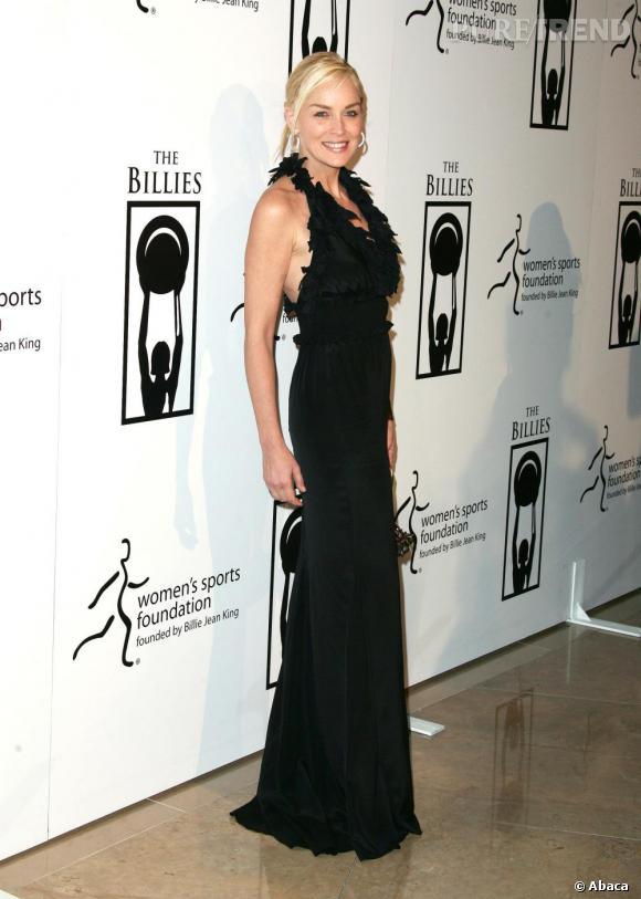 Misant sur une longue robe noire près du corps, Sharon est absolument sculpturale.