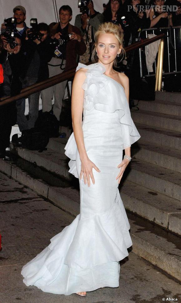 Véritable apparition sur les marches du Met de New York pour le Costume Institute Gala, Naomi Watts a visé juste avec une création Calvin Klein qui la rend presque féérique.