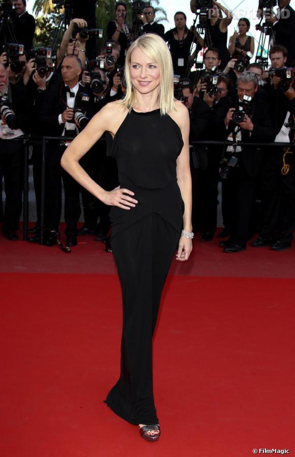Sur le red carpet de Cannes, Naomi dévoile une silhouette sculpturale en  RM by Roland Mouret .