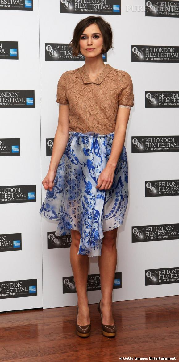 Keira Knightley parie sur un top au col strict camel. Elle associe une jupe aérienne Rodarte collection Spring 2011. Bleue, elle réchauffe le camel. Sur sa peau hâlée, l'effet est divin.