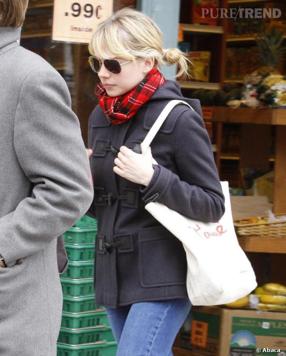 """Numéro 5 : l'écharpe preppy.    Frileuse, l'actrice ne se sépare pas du duo écharpe écossaise et duffle-coat, s'offrant ainsi un look de """"campus girl""""."""