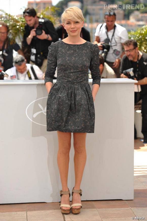 Numéro 4 : les mini longueurs.    Michelle Williams n'hésite pas à aérer ses gambettes avec des coupes courtes et elle aurait tort de s'en priver. Ici en robe Suno Fall 2010 et sandales McCartney.