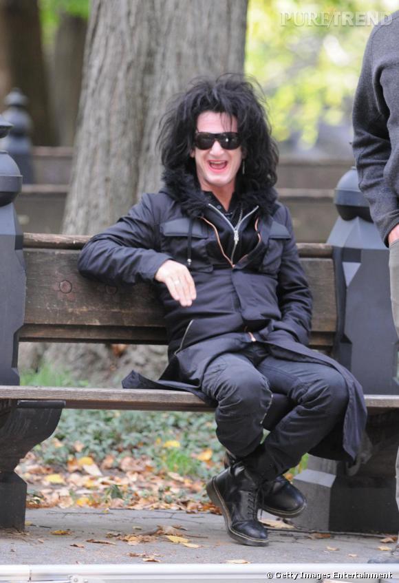 Entre allure grunge bottines aux pieds, coiffure éclatée et bouche rouge, Sean Penn détonne. (ndlr : nouveau look pour les besoin d'un film)