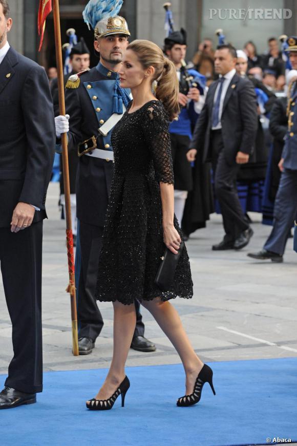 La silhouette très menue de la Princesse est sublimée par la robe et les escarpins.