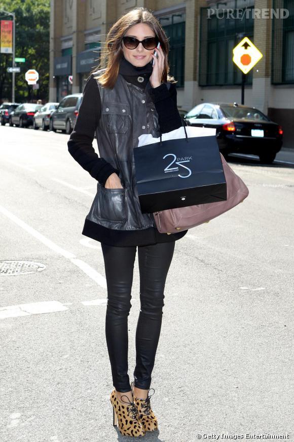 Olivia Palermo mise sur des bottines léopard Charlotte Olympia pour réveiller son total look noir.