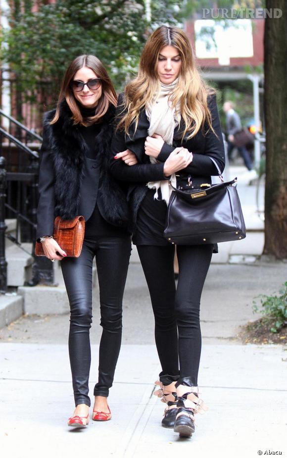 """Pour Bianca Brandolini d'Adda, un look chic en noir et crème avec des bottines """"Pirate"""" de Vivienne Westwood."""