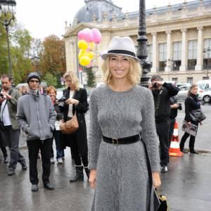 Alexandra Golovanoff choisit des bottes beiges, sophistiquées avec une robe en maille.