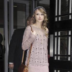 Style gavroche pour Taylor Swift en derbys.
