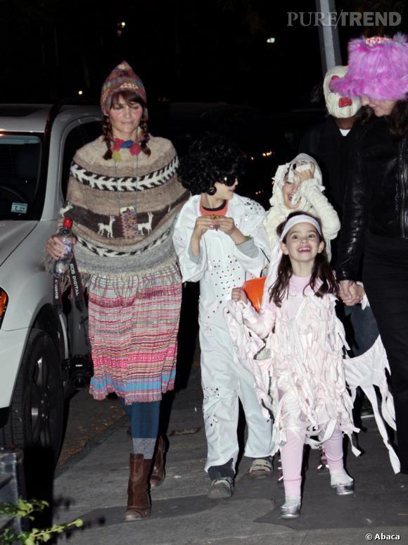 Helena Christensen à mi chemin entre le look péruvien et indien et ses enfants déguisés avec des perruques et des petites robes de princesses.