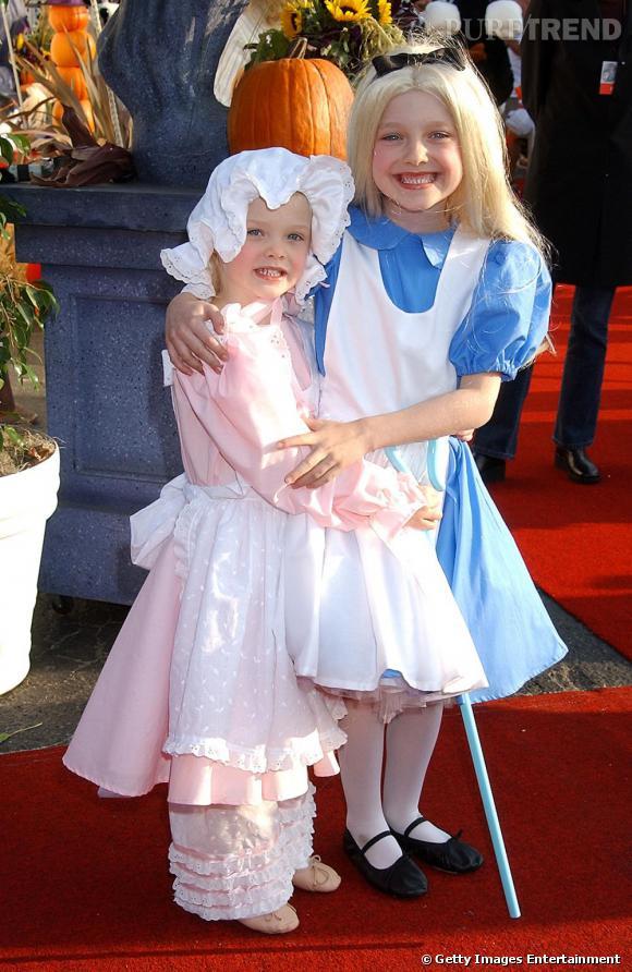 Dakota Fanning et sa soeur Elle Fanning, déguisées respectivement en Alice (au Pays des Merveilles) et en petite poupée.