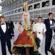 Cérémonie de récompenses : Lady Gaga montre qu'elle peut porter les incroyables Armadillos d'Alexander McQueen. Et ça avec un jupon aussi imposant.