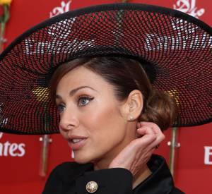 Oeil de biche et chapeau à plumes, Natalie Imbruglia joue la carte de l'élégance.