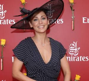 Si elle ôte son blazer noir, elle garde son chapeau, symbole d'élégance. Une minaudière rose poudré Louis Vuitton apporte une note féminine et précieuse à sa tenue.