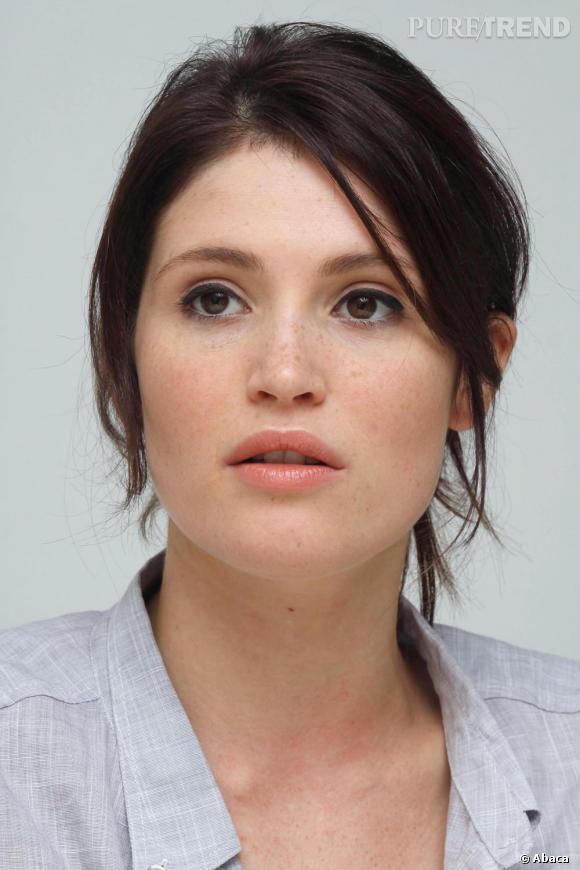 Gemma Arterton a un visage parfait et en profite pour très peu se maquiller.