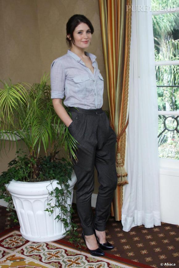 Chemisette rentrée dans son sarouel et jolis escarpins noirs... Gemma a tout bon !