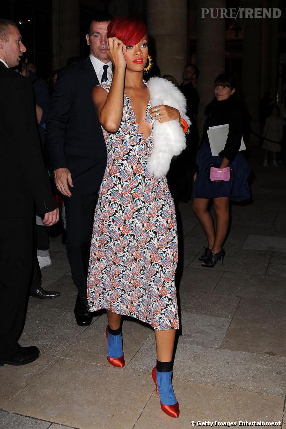 A 20 h : c'est en escarpins flashy et robe à motifs que Rihanna arpente les rues. Une allure made in Prada délicieusement déjantée.