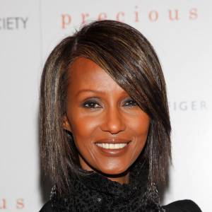 Ex-top et femme de David Bowie, Iman a choisit le lissage du cheveu permanent, technique japonaise. Raie sur le côté et crinière glossée, elle mise sur une coiffure chic très actuelle.