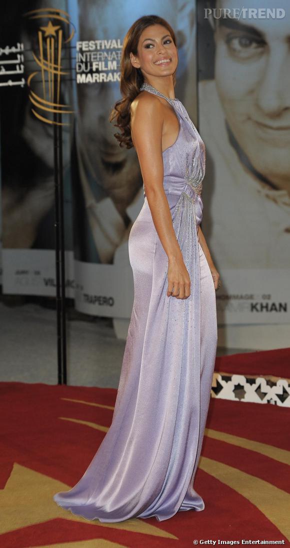 La glamour Eva Mendes sublimée dans une robe violine Christian Dior.