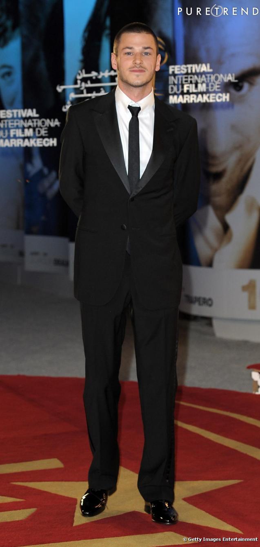 Gaspard Ulliel, toujours aussi séduisant en costume et derbys vernis.