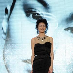 Maggie Cheung se démarque en robe de soirée Lanvin pour H&M.