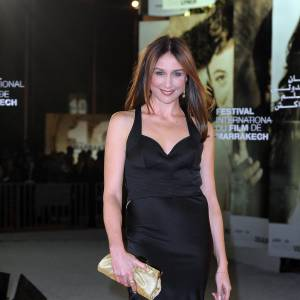Elsa Zylberstein, glamour en robe à traîne de satin noir.