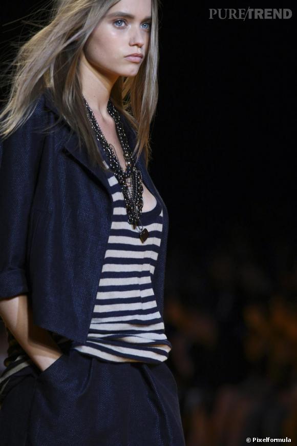 Chez Donna Karan pour l'été 2009, la marinière se pose de façon traditionnelle, en blanc et bleu, les rayures fines.