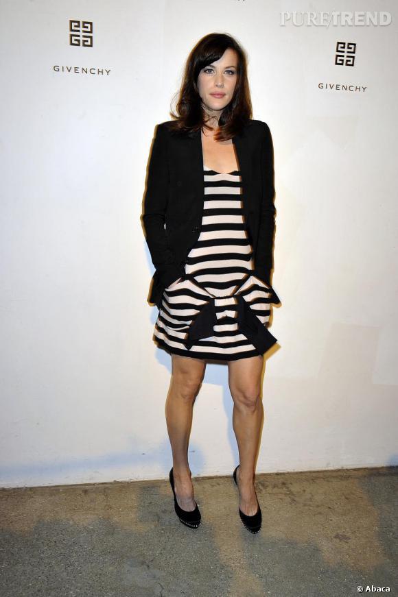 L'égérie Givenchy Liv Tyler est prête pour la marinière version 2011 en l'adoptant sur une petite robe à la jolie facture.