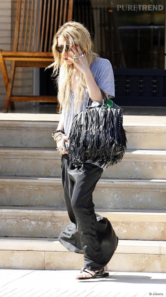 Mary Kate Olsen : cheveux gras, haut informe, jupe longue et ongles fraîchement manucurés... Rien à ajouter !