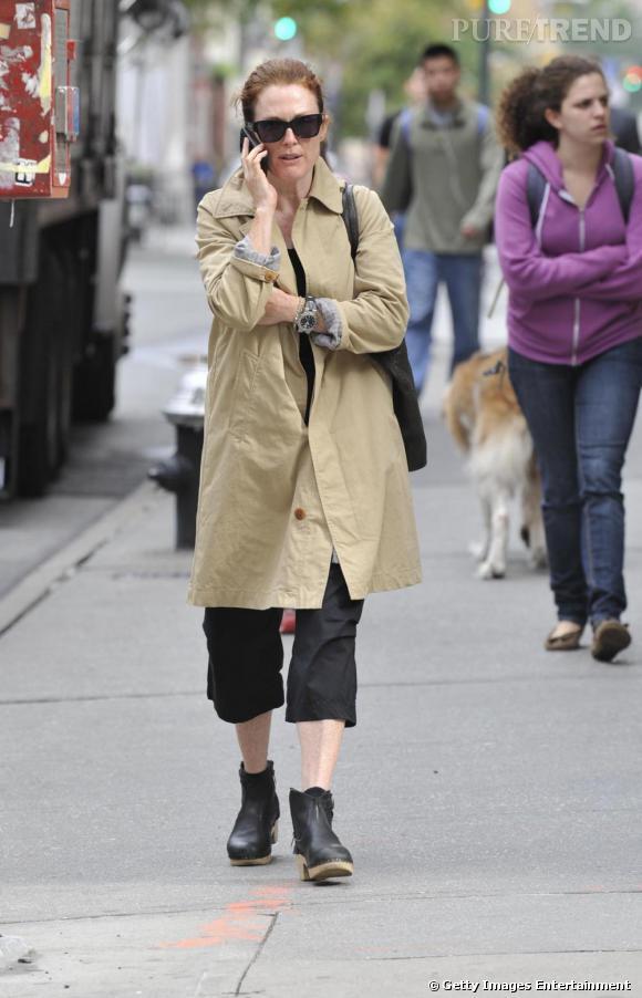 Julianne Moore ne semble pas avoir les moyens pour se payer un pantalon qui lui arrive aux chevilles.