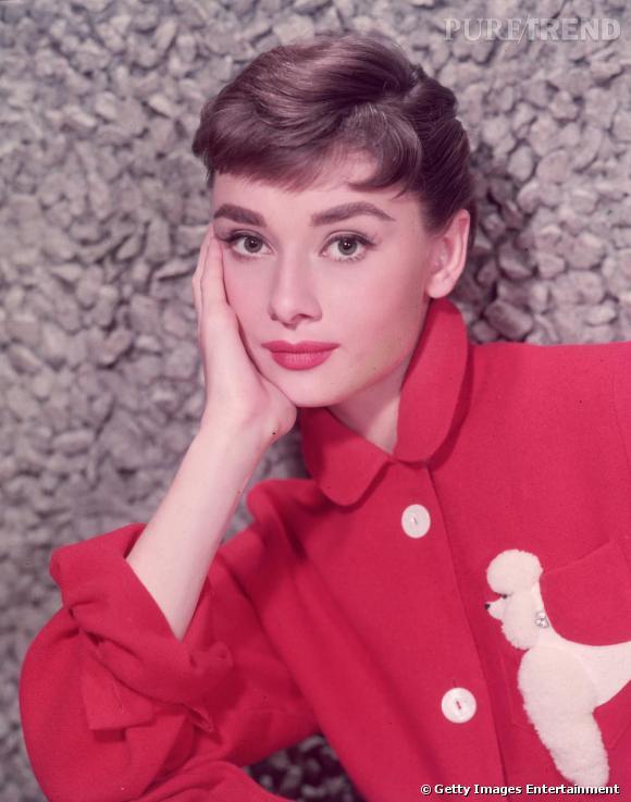 Audrey Hepburn en 1955 adopte le col Claudine sur une chemise rouge qui a fait défrayer la chronique !