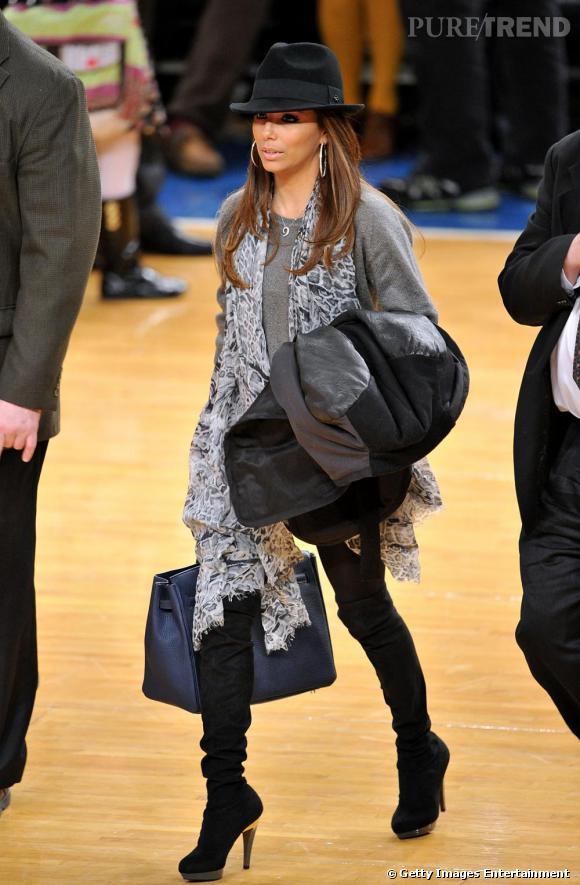 Il y a des chaussures naturellement sexy : les cuissardes. Eva Longoria les porte avec un pull loose. La bonne formule pour éviter une allure trop canaille.