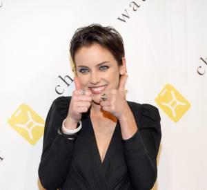 Loin d'être bling-bling, l'actrice finalise son look avec seulement quelques bagues.