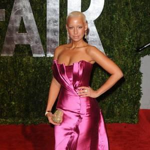 Le flop hollywood : le glamour hollywoodienne passe par des robes fourreaux et souvent satinées. Erreur de casting pour Amber Rose qui confond robe et emballage de bonbon.