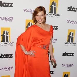 Le flop ton sur ton : opter pour l'harmonie des couleurs, oui. Coordonner sa robe à sa chevelure, non. La pourtant si jolie Milla Jovovich s'illustre avec une ravissante robe parachute d'un orange criard.