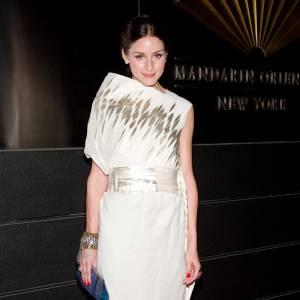 Le flop it girl : même les fashionistas les plus averties peuvent commettre des impaires. Olivia Palermo mise souvent sur des coupes élégantes et originales. Cette fois-ci, elle disparait sous sa robe tant elle est disproportionnée.