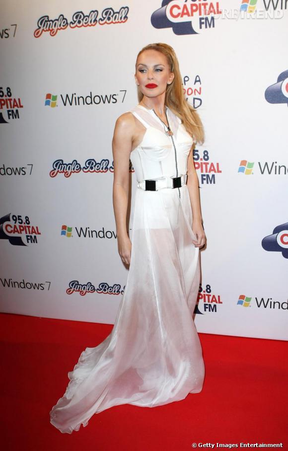 Le flop blanc virginal  : si le blanc est souvent porteur de pureté en matière de robe, avec Kylie Minogue le pape en perd ses mots. Extensions et make up outrancier, les clés du succès pour un beau flop.