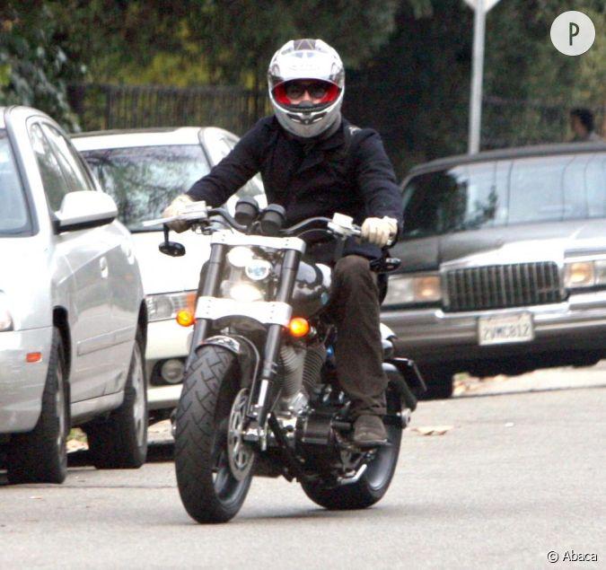 le flop moto l 39 homme m lange deux roues un peu ancien et casque ultra moderne non non non. Black Bedroom Furniture Sets. Home Design Ideas