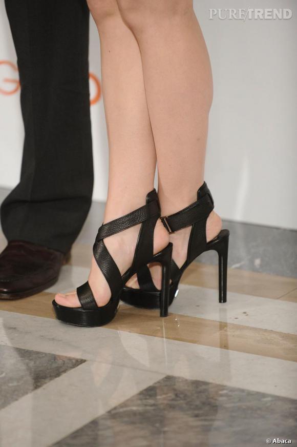 Sandales à brides et talons vertigineux, l'accessoire séduction de Rachel McAdams pour étirer ses jambes.