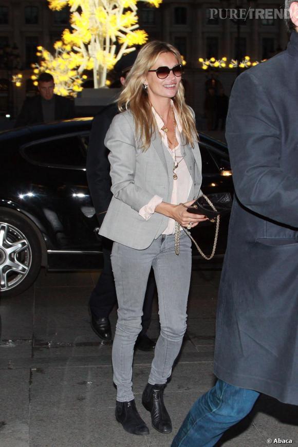 Total look gris en skinny et blazer, avec quelques accessoires noirs pour parfaire le tout.