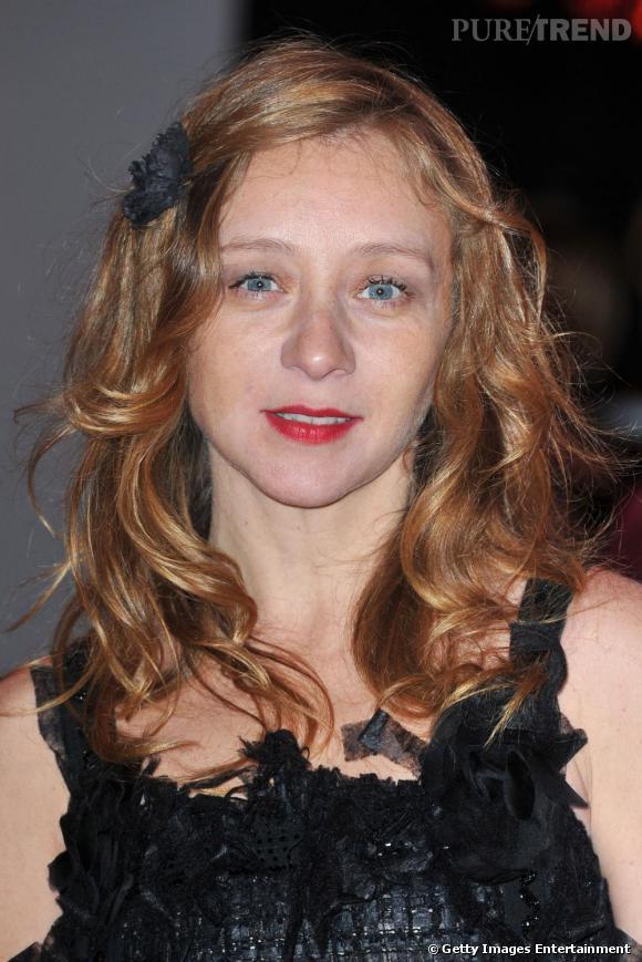 Un petit noeud dans les cheveux, Sylvie Testud apporte une légère touche rétro.