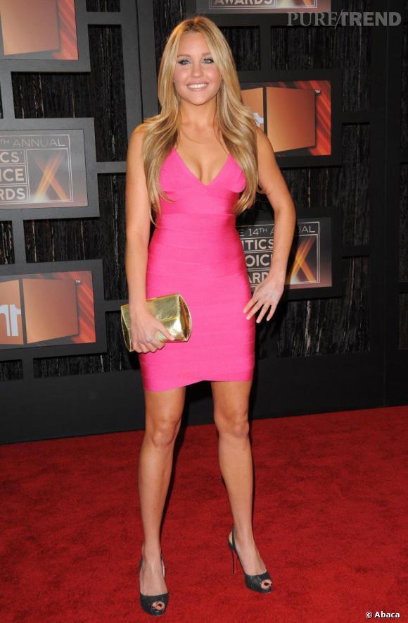 Amanda Bynes mise sur le premier degré pour les Critics Choice Awards, avec une robe moulante rose bonbon et une pochette dorée.